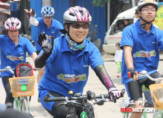 出发!志愿者们踏上征途,将于15日后抵达上海。