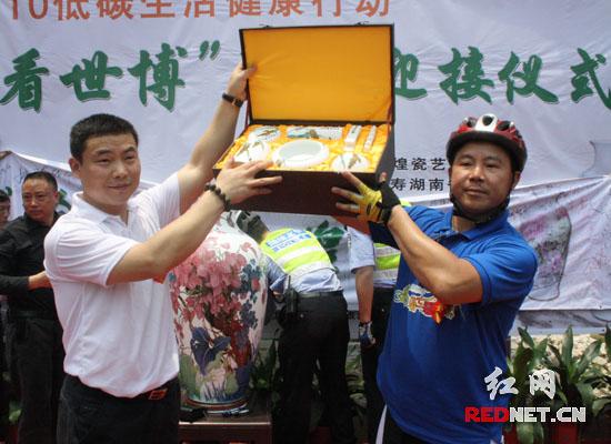 """""""湖南环保志愿者骑车看世博""""离湘赴沪仪式在株洲醴陵举行。"""