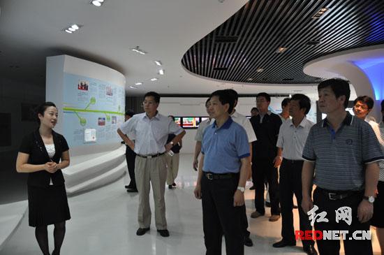 调研组在湘潭市高新区考察。
