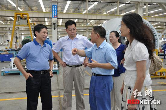 国家发改委调研组一行深入湘电风能生产一线考察。左一为国家发改委体改司司长孔泾源。