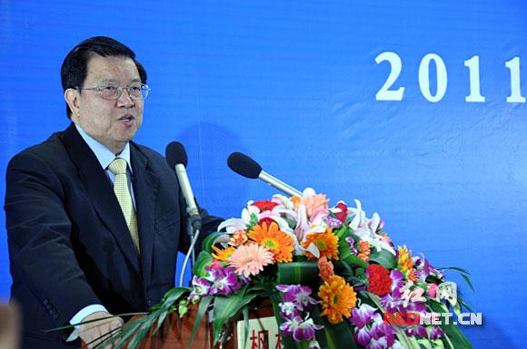 """博鳌亚洲论坛国际咨询委员会委员、原外经贸部副部长龙永图作以""""两型城市建设""""为主题的演讲。"""