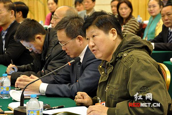 政协委员争相发言。