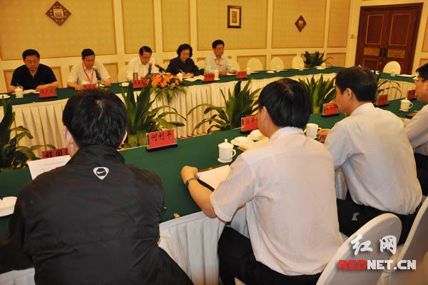 湖南省委常委、省委秘书长易炼红主持召开中部论坛长沙会议情况通报会。