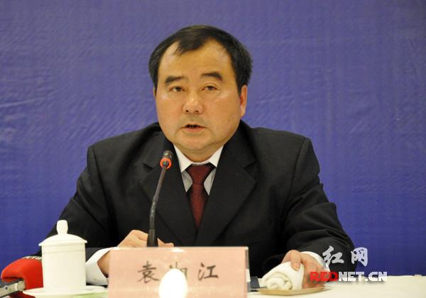 (湖南省住建厅党组副书记、副厅长袁湘江发布新闻。)