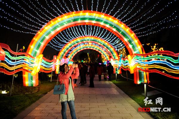 2月24日是中国传统的元宵节,夜色初临,到梅溪湖看灯会的游人逐渐多了起来。