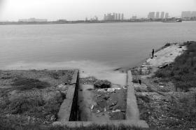 三股废水裹着混凝土排入湘江 环保部门现场执法