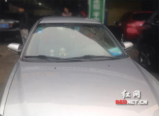 邓先生的车没有贴环保标志,3月1日起这辆车或将禁止在五一路上行驶。