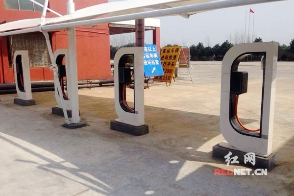 岳阳电动汽车充电站。