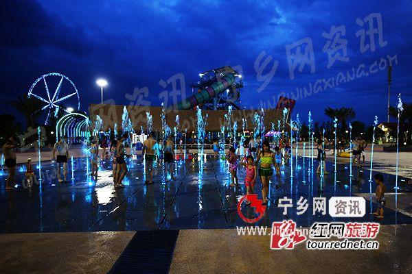 常德欢乐水世界,泛着荧光的喷泉引起了孩子们的兴趣。